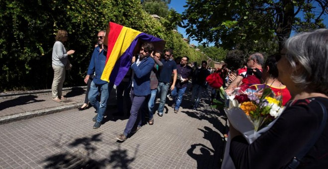 El féretro de Timoteo Mendieta entra en el cementerio del Este entre aplausos y banderas republicanas.- REUTERS