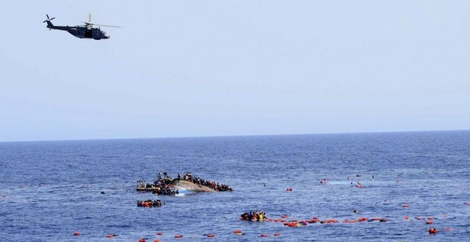 La Guardia Costera italiana trata de salvar una embarcación a la deriva.- EFE