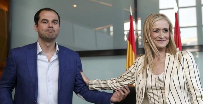 El líder de Ciudadanos en Madrid, Ignacio Aguado, y la presidenta de la Comunidad, Cristina Cifuentes, en una de sus reuniones previas al acuerdo de investidura. Archivo EFE