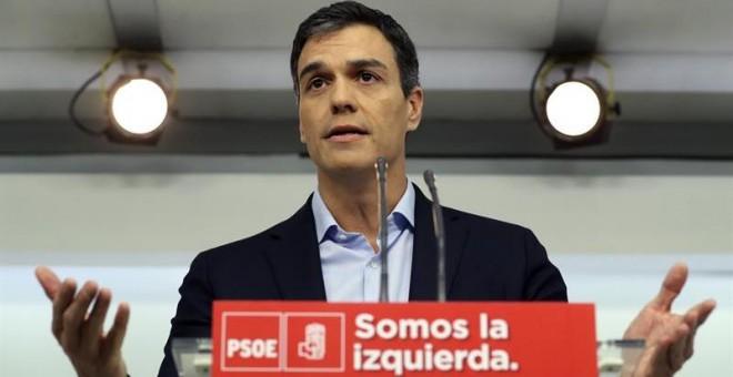 El secretario general del PSOE, Pedro Sánchez, que hoy se ha reunido en con el rey Felipe VI en el Palacio de la Zarzuela, durante la rueda de prensa que ha ofrecido en la sede socialista de Ferraz. EFE/Ballesteros