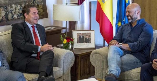 El presidente de Castilla-La Mancha, Emiliano García-Page (i), durante la reunión mantenida con el secretario general de Podemos en la región, José García Molina, hoy en el Palacio de Fuensalida de Toledo./EFE
