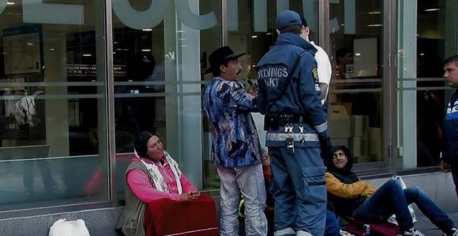 Guardias privados de seguridad identifican a un grupo de músicos gitanos de origen rumano, en el centro de Estocolmo./Ferran Barber