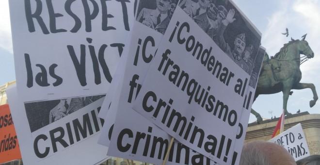 Carteles con mensaje en el Encuentro de Colectivos y Victimas del Franquismo. / Julia González