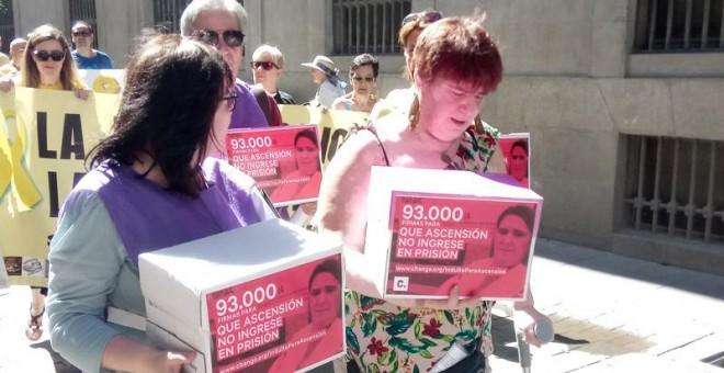Ascensión López acude arropada por todas las asociaciones de bebés robados del Estado a presentar las más de 90.000 firmas que apoyan su indulto.- CEAQUA