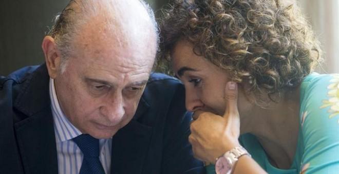 La ministra de Sanidad, Dolors Montserrat, y el exministro del Interior Jorge Fernández Díaz, en Barcelona. / EFE