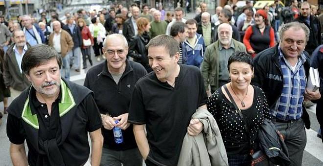 La abogada Jone Goirizelaia (2d), junto a los dirigentes abertzales Arnaldo Otegui (c) o Rafa Díez Usabiaga (i), entre otros; en una manifestación por la independencia del País Vasco /EFE
