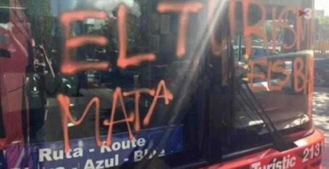 Imagen de la pintada realizada en el frontal del autobús. Twitter