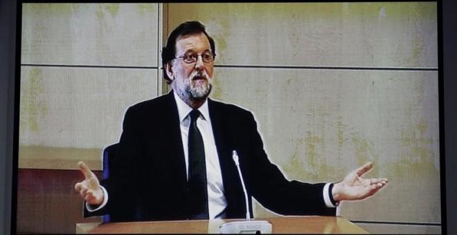 Imagen del monitor de la sala de prensa de la Audiencia Nacional de San Fernando de Henares donde el presidente del Gobierno, Mariano Rajoy, presta declaración como testigo para el caso Gürtel / EFE
