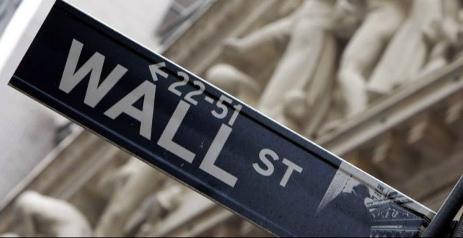 Indicador de la calle donde se sitúa la Bolsa de Nueva York (NYSE, por sus siglas en inglés). AFP