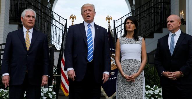 El presidente de los EEUU, Donald Trump, flanqueado por su secretario de Estado, Rex Tillerson; su embajadora ante la ONU, Nikki Haley; y su asesor de seguridad nacional, Herbert Raymond McMaster. REUTERS/Jonathan Ernst