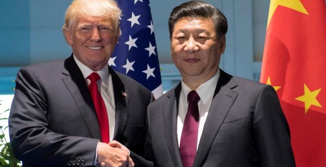 El presidente de EEUU, Donald Trump, y el de China, Xi Jinping, se saludan en la cumbre del G-20 (R) de Hamburgo. REUTERS/Saul Loeb