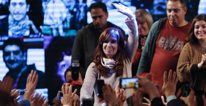 La expresidenta argentina Cristina Fernández de Kirchner, candidata a senadora por Unidad Ciudadana, saluda a sus seguidores en el búnker de campaña en Buenos Aires tras conocer los resultados electorales de las primarias en Argentina. EFE/David Fernández