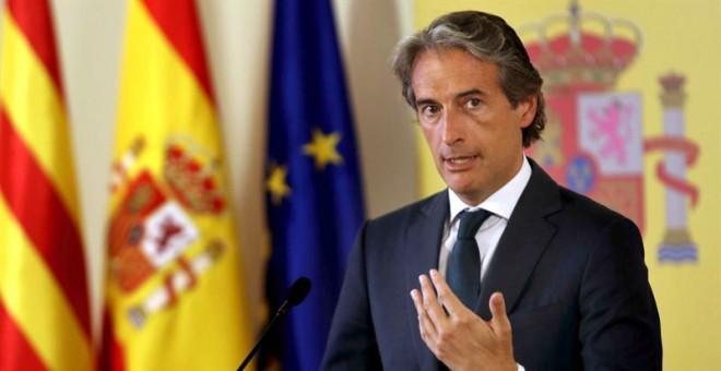 El ministro de Fomento, Íñigo de la Serna, tras presidir este lunes la comisión de seguimiento de la huelga de los vigilantes jurados del aeropuerto de El Prat. EFE/Toni Albir
