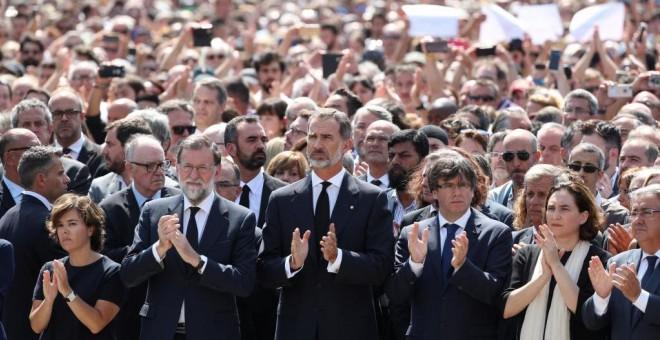 El rey y otras autoridades en la manifestación en Barcelona por los atentados / Reuters