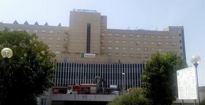 Coches de bomberos en la fachada del hospital sevillano de Valme donde una mujer ha fallecido hoy al ser seccionada por un ascensor del hospital cuando era trasladada en una camilla de una planta a otra.-EFE/David Jiménez Castillo