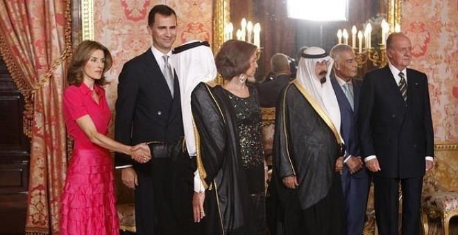 Don Felipe y Doña Letizia reciben junto a Don Juan Carlos y a Doña Sofía en el Palacio Real al Rey Abdalá de Arabia SaudÍ / EFE