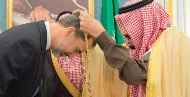 El rey Felipe VI, condecorado en Arabia Saudí. EFE