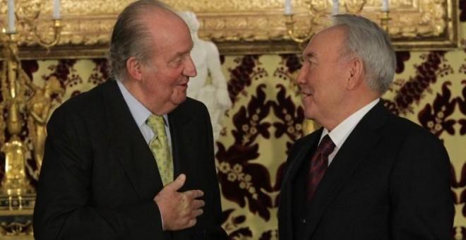 Juan Carlos I conversa con el presidente de Kazajistán, Nursultán Nazarbáyev. CASA REAL