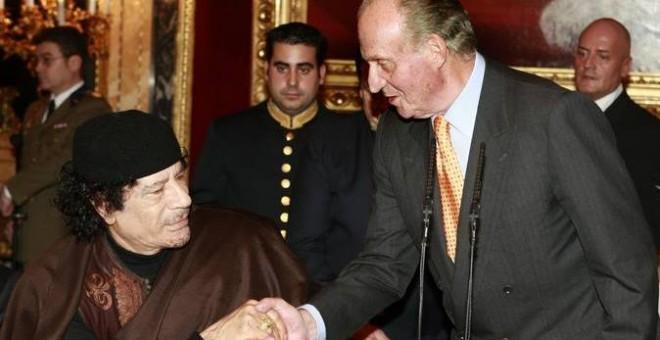 Juan Carlos I saluda a Gadafi. EFE
