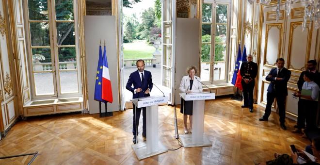 El primer ministro francés, Edouard Philippe, y la ministra de Trabajo, Muriel Penicaud,presentan el proyecto de reforma laboral del Gobierno de Emmanuel Macron, en el Palacio de Matignon, en París. REUTERS/Charles Platiau