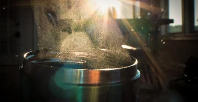 Polvo y partículas microscópicas de plástico de una manta de tejido acrílico vistas a trasluz. ORB MEDIA/ Chris Tyree y Dan Morrison
