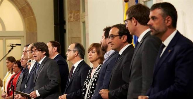 El presidente de la Generalitat, Carles Puigdemont (i), acompañado por los miembros de la mesa durante la declaración institucional tras la firma de la convocatoria del referéndum.   ALEJANDRO GARCÍA (EFE)