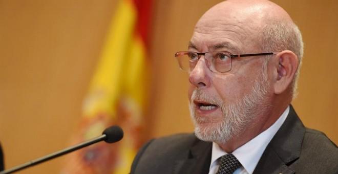 El fiscal general del Estado, José Manuel Maza,durante la lectura del comunicado donde anuncia querellas del ministerio público contra el Govern y la Mesa del parlamento catalán por, ' al menos', los delitos de prevaricación, malversación y desobediencia