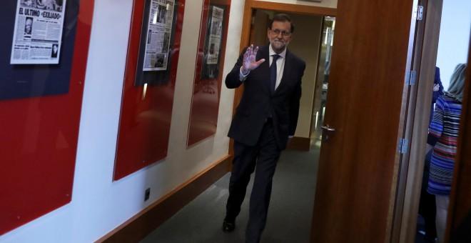 El presidente del Gobierno entra en la sala de ruedas de prensa del complejo de La Moncloa para su comparencencia tras el Consejo de Ministos extraordinario. REUTERS/Susana Vera