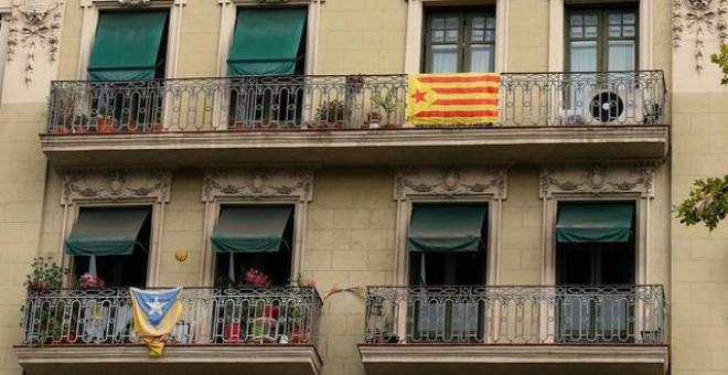 Esteladas colgando de balcones de Barcelona. REUTERS/Albert Gea