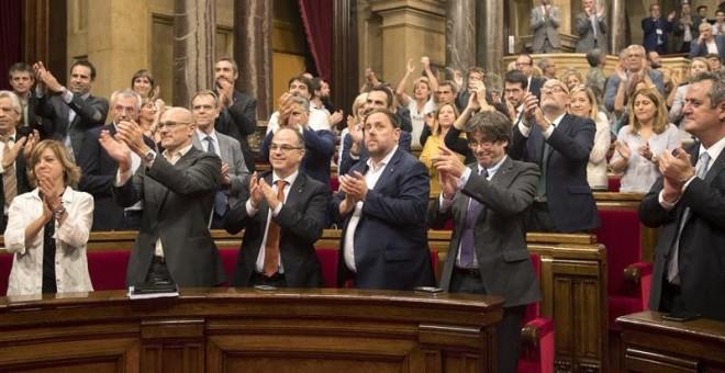 El president de la Generalitat, Carles Puigdemont, celebra la aprobación de la Ley de Transitoriedad Jurídica y Fundacional. - EFE