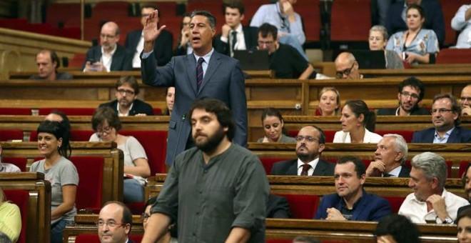 El presidente del grupo parlamentario del PPC, Xavier García Albiol, protesta a la presidenta del Parlament, Carme Forcadell. - EFE