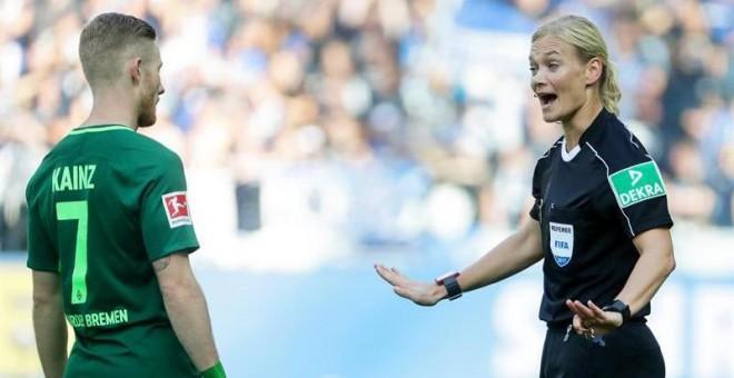 La árbitro Bibiana Steinhaus durante un momento del partido entre el Hertha de Berlín y el Werder Bremen.   EFE