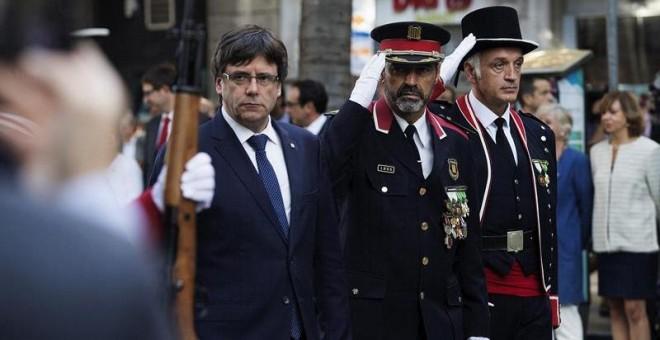 El presidente de la Generalitat de Catalunya Carles Puigdemont, junto al Major de los Mossos d'Esquadra Josep Lluis Trapero, durante la ofrenda floral al monumento a Rafael Casanova con motivo de la celebración de la Diada. EFE/Marta Pérez