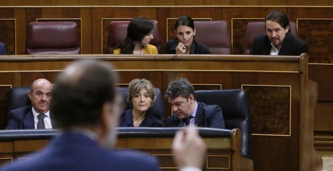 El líder de Unidos Podemos, Pablo Iglesias escucha la intervención del presidente del Gobierno, Mariano Rajoy, durante la sesión de control al Ejecutivo en el Congreso de los Diputados. EFE/Fernando Alvarado