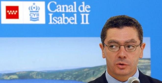 Alberto Ruiz Gallardón, durante una visita que realizó en 2002 para inaugurar el laboratorio de análisis del agua del Canal de Isabel II en Madrid. EFE/Fernando Alvarado