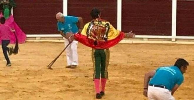 El torero Padilla se pasea con una bandera franquista en una corrida.