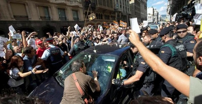 Moments de tensió entre la Guardia Civil i ciutadans en acció de protesta a la Via Laietana