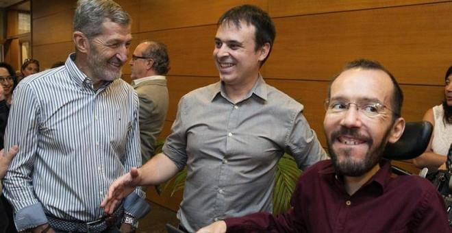 El secretario de Organización de Podemos, Pablo Echenique (d) y el ex-Jemad Julio Rodríguez (i) conversan con integrantes de su Grupo Parlamentario en las Cortes de Aragón, en Zaragoza. /EFE