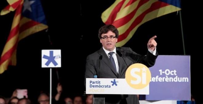 El presidente de la Generalitat Carles Puigdemont durante su intervención en el acto que el PDeCAT ha celebrado este viernes por la noche en Sant Cugat del Vallés, Barcelona. /EFE