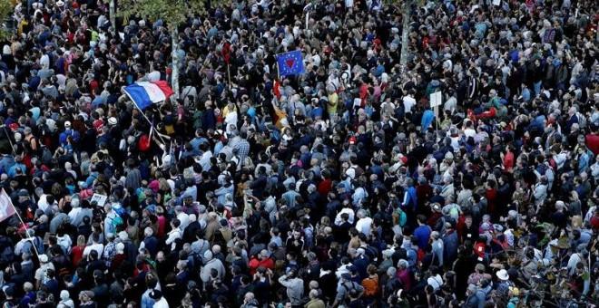 Miles de manifestantes escuchan el discurso de Jean-Luc Mélenchon, en la manifestación contra las reformas laborales del Gobierno de Emmanuel Macron. EFE / EPA / YOAN VALAT