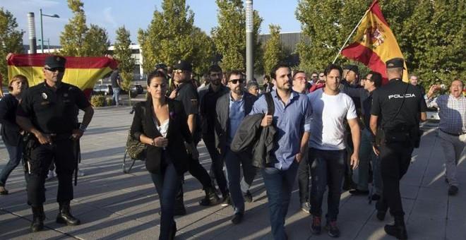 Alberto Garzón ha sido increpado por un grupo de personas con banderas españolas a su llegada al acto de Unidos Podemos en Zaragoza. /EFE