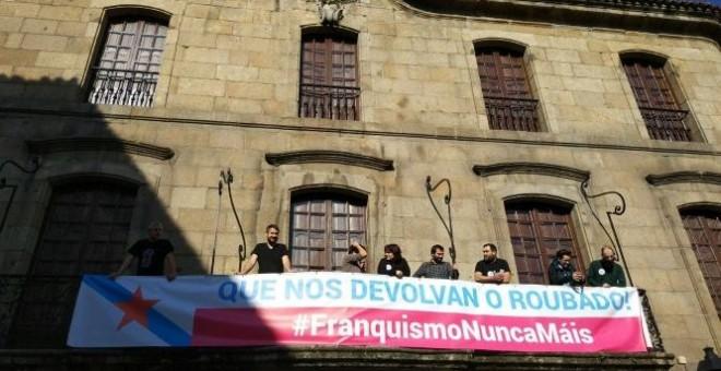 Miembros del BNG, con una pancarta en la casa familiar de los Franco en A Coruña.