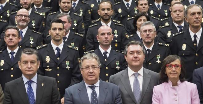 El Ministro del Interior, Juan Ignacio Zoido, con el delegado del Gobierno en Andalucía, Antonio Sanz, el alcalde de Sevilla, Juan Espadas, y la consejera de andaluza de Justicia e Interior, Rosa Aguilar, junto a otras autoridades y los condecorados en lo