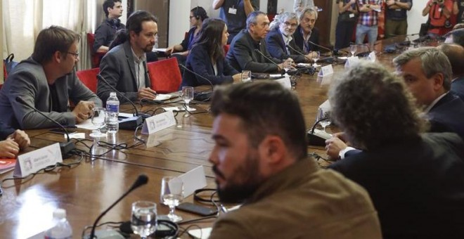 El secretario general de Podemos, Pablo Iglesias (2 izda), durante la reunión de una mesa de partidos con representantes de los grupos nacionalistas PDeCAT, ERC y PNV, celebrada esta mañana en el Congreso, para buscar vías de solución con Cataluña a la q