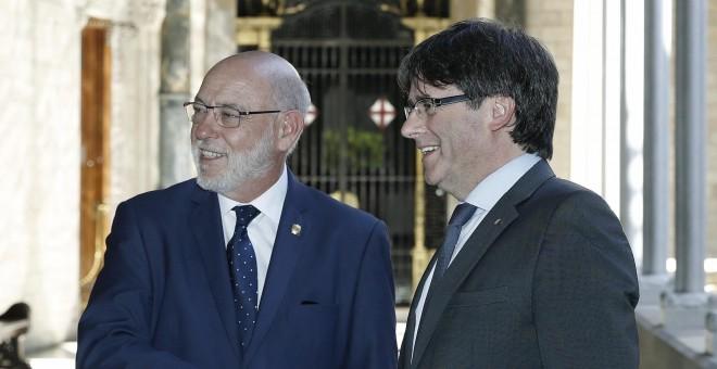 El presidente Carles Puigdemont con el fiscal general del Estado, José Manuel Maza, en un encuentro en el Palau de la Generalitat. EFE
