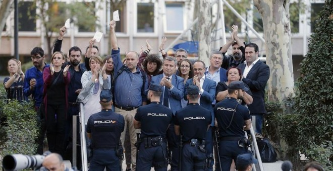 Los diputados del PDeCAT, Carles Campuzano, Jordi Xuclà, y Lourdes Ciuró, entre otros, a las puertas de la Audiencia Nacional donde hoy declaran como investigados por un delito de sedición el jefe de los Mossos d'Esquadra, Josep Lluis Trapero; el preside