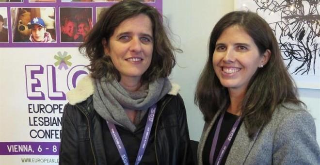 Kika Fumero (i), educadora y activista lesbiana de Barcelona y Marta Fernández, consultora de empresas y activista lesbiana de Madrid (d), ambas autoras del estudio ''¿Cómo somos las lesbianas?', una encuesta 'online' realizada entre 5.000 mujeres en Espa