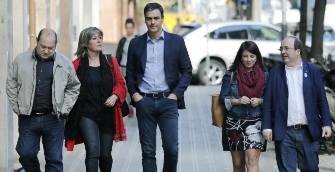 El secretario general del PSOE, Pedro Sánchez (c), y el primer secretario del PSC, Miquel Iceta (d), acompañados por la vicesecretaria general del PSOE, Adriana Lastra (d), la alcaldesa de L'Hospitalet y adjunta a la primera secretaría del PSC, Nuria Marí