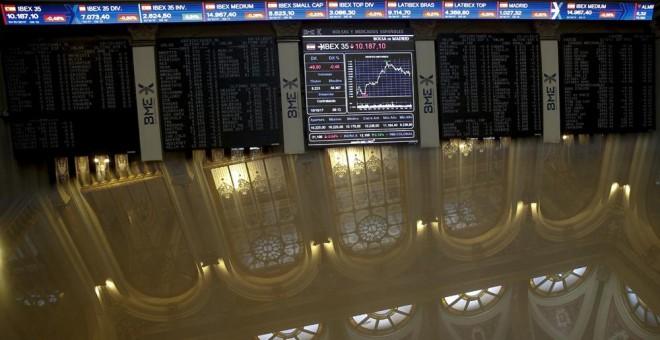 Los paneles informativos en el patio de negociación de la Bolsa de Madrid. EFE/Mariscal