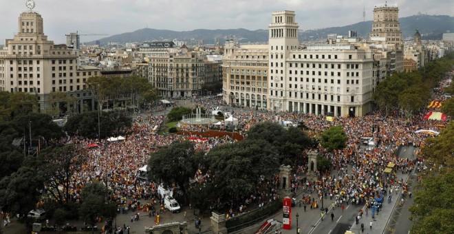 Vista de la manifestación en la Plaza de Catalunya de Barcelona, convocada por Societat Civil Catalana, Espanya i Catalans y otras entidades contrarias a la independencia con motivo del Día de la Fiesta Nacional. EFE/Andreu Dalmau
